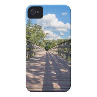 Long pont en bois au-dessus de l'eau de l'étang coques Case-Mate iPhone 4