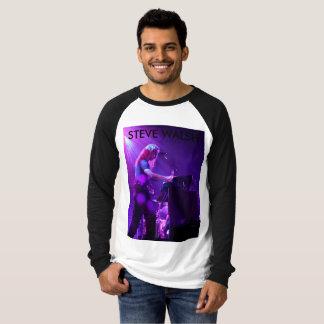Long Steve gainé dans le T-shirt de concert