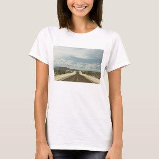 Longue route droite par le paysage de Baja de T-shirt