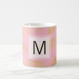L'or laisse la tasse de café de rose de monogramme