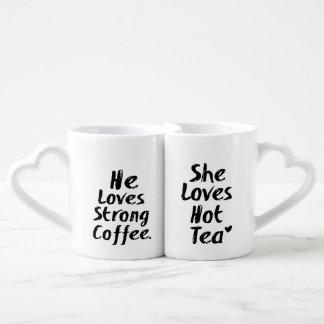Lot De Mugs Il aime le café fort, elle aime le thé chaud