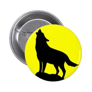Loup hurlant à la lune badge