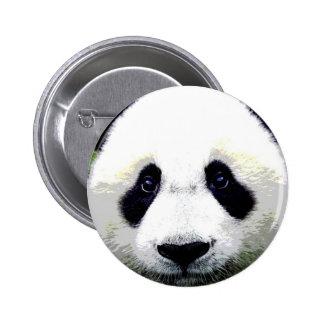 L'ours panda observe le bouton de Pinback Badges