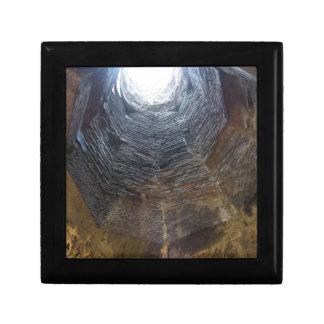 Lumière à l'extrémité du tunnel. Concept d'espoir Petite Boîte À Bijoux Carrée