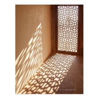 Lumière du soleil venant par la fenêtre décorative carte postale