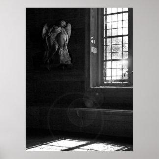 Lumière tranquille d'église en noir et blanc posters