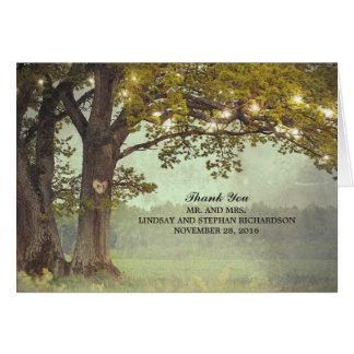 Lumières rustiques d'arbre et de ficelle épousant cartes de vœux