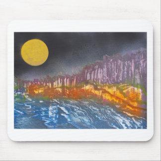 Lune jaune au-dessus de paysage métamorphique tapis de souris