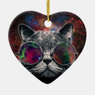 Lunettes de port de chat de l'espace devant la ornement cœur en céramique