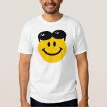 Lunettes de soleil étées perché sur le visage sour t-shirts