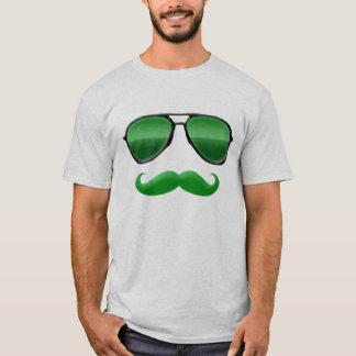 Lutin dans le T-shirt vert de moustache de