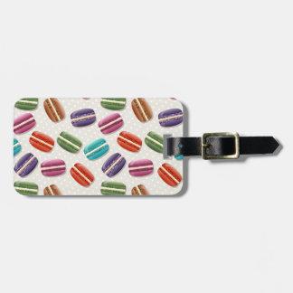 Macaron coloré avec la meringue douce étiquettes bagages
