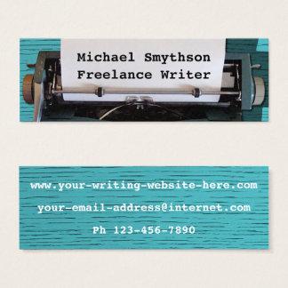 Machine à écrire d'auteur d'auteur rétro sur le mini carte de visite