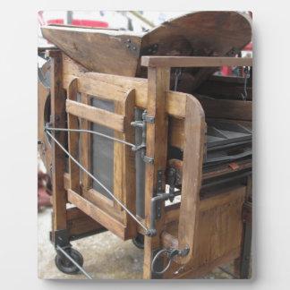 Machine manuelle utilisée pour écosser le maïs photos sur plaques
