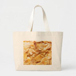 Macro des diviseurs d'amande sur un gâteau grand sac