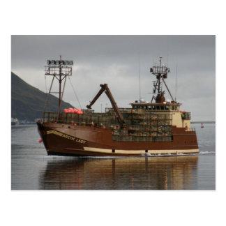Madame arctique, bateau de crabe dans le port carte postale