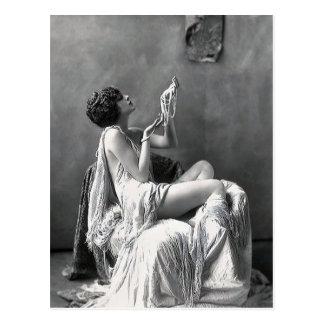Madame avec des perles carte postale