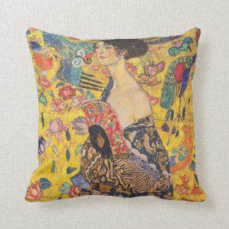Madame de Gustav Klimt avec le carreau de cru de Oreillers