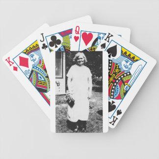 Madame des années 1920 avec l'achat allant de bour jeux de poker