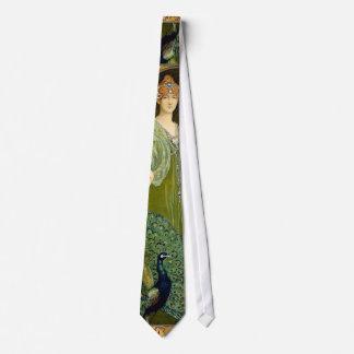 Madame et paon cravate