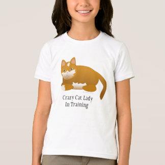 Madame folle de chat dans le T-shirt de la fille