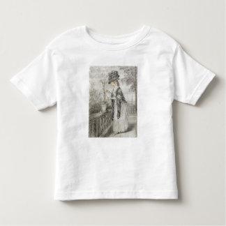Madame sur une terrasse tendant une usine t-shirt pour les tous petits