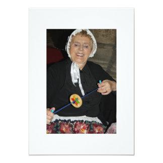 Madame victorienne avec une carte de rotation de carton d'invitation  12,7 cm x 17,78 cm