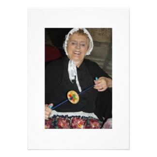 Madame victorienne avec une carte de rotation de j cartons d'invitation