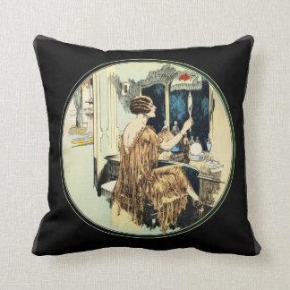 Madame vintage d'années '20 à sa coiffeuse coussin décoratif
