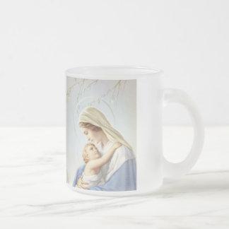 Madonna et tasse de tasse d'enfant