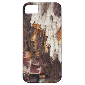 magasin montrant un assortiment des saucisses et étui iPhone 5