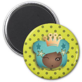 """Magnet """"Miss Métisse"""" - Collection Kiwi Doll Magnet Rond 8 Cm"""
