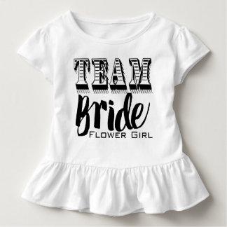 Main de jeune mariée d'équipe de demoiselle de t-shirt pour les tous petits
