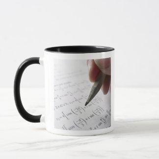 Main faisant le travail de maths mug