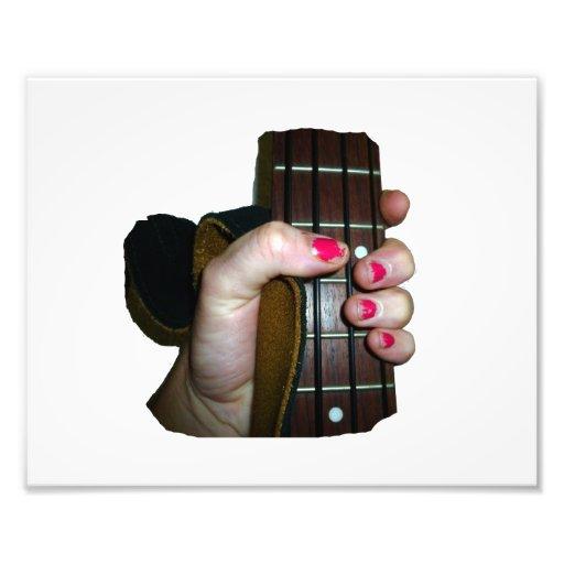Main femelle tenant le cou de contrebasse quatre tirage photo