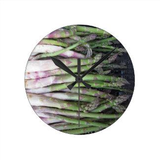Main fraîche d'asperge sélectionnée du jardin horloge ronde