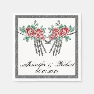 Mains gothiques et roses squelettiques épousant serviettes jetables