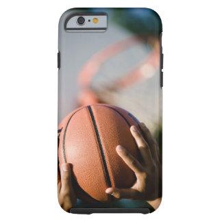 Mains tirant le basket-ball dehors coque iPhone 6 tough