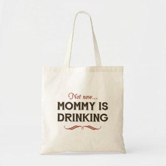 Maintenant maintenant la maman boit sac de toile