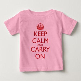 Maintenez calme et continuez le texte de rouge de t-shirt pour bébé