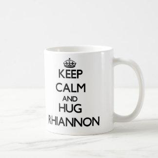 Maintenez calme et ÉTREINTE Rhiannon Mug