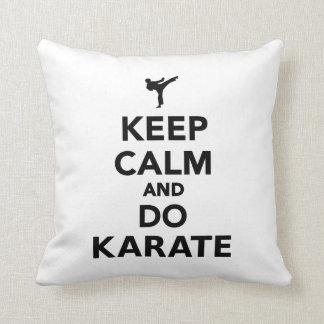 Maintenez calme et faites le karaté oreiller