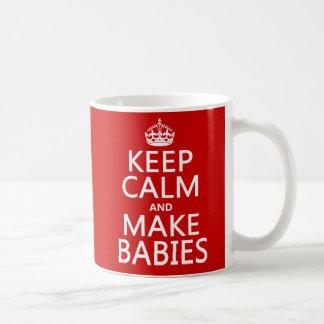 Maintenez calme et faites les bébés (dans toute mug blanc