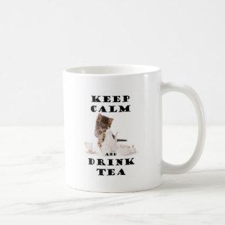 maintenez chaton calme et de boissons de thé mug