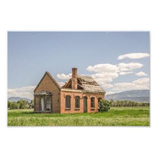 Maison de brique sans la majeure partie de son impression photo