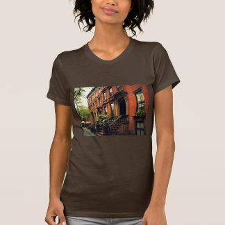 Maison de grès de colline de pavé t-shirts
