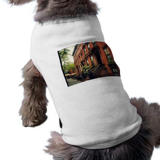 Maison de grès de colline de pavé t-shirts pour chien