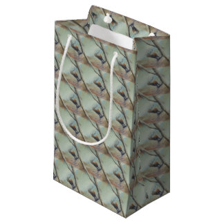 Mâle de cerfs communs rouges beuglant dans une petit sac cadeau