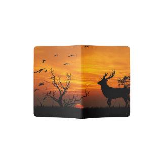 Mâle silhouetté contre un coucher de soleil protège-passeports