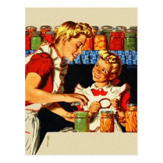 Maman de mise en boîte et fille de rétro de kitsch carte postale